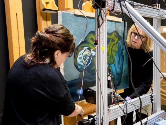 Picasso tablosunun altında Barcelona şehrinin yağlı boya resmi bulundu