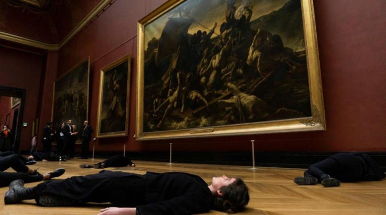 Aktivistler Louvre Müzesi'nde protesto eylemi düzenledi