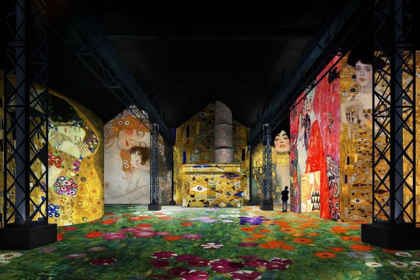 Renkli ışıklar içerisinde bir dijital Klimt sergisi