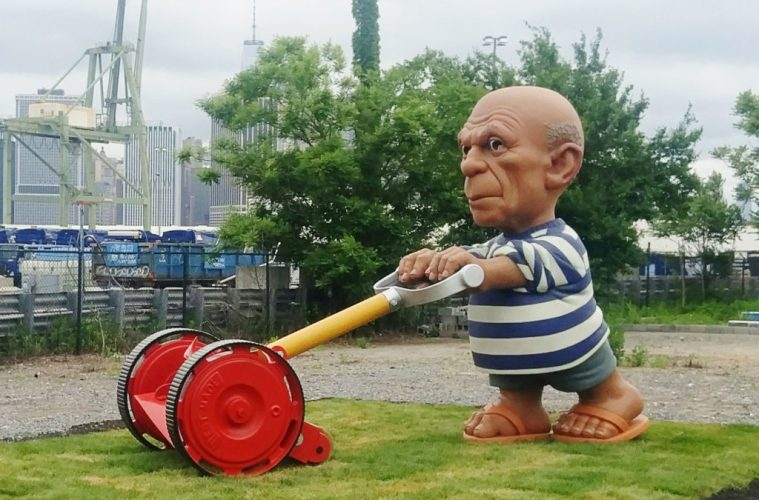Pablo Picasso Brooklyn'de çim biçiyor