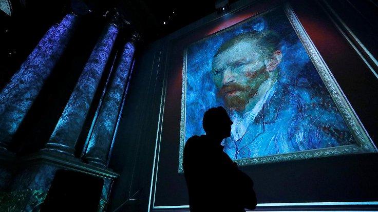 Seyahatseverlere renkli ışıklar içerisinde Van Gogh sergisi